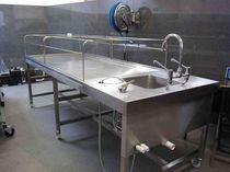 Mesa de lavado de cadáveres / rectangular / con ruedas / con fregadero