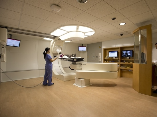 La universidad del centro del cáncer de Oklahoma comienza los primeros tratamientos de la terapia de Proton