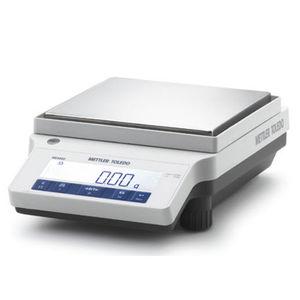 balanza de laboratorio de precisión / con indicador digital / de mesa / con masa de calibración interna