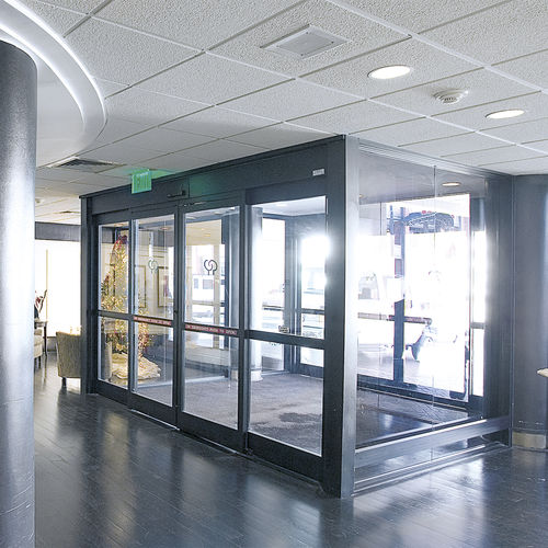 puerta corredera / para centro sanitario / con paneles de vidrio / de aluminio