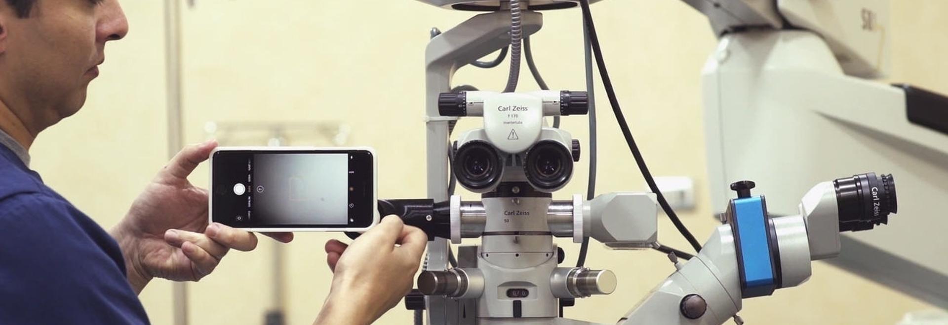 MicroREC es capaz de acoplar cualquier smartphone a la mayoría de los microscopios del mercado y filmar las operaciones microscópicas.