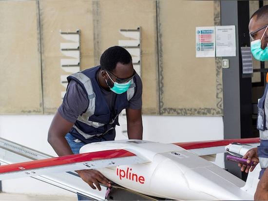 Un zángano ligero despega de uno de los centros de distribución de Zipline, con el paquete colocado dentro de un paracaídas en el vientre del zángano