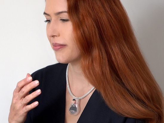 El dispositivo, que pulsa cuando la mano del portador se acerca a la cara, tiene como objetivo reducir la posible infección por Covid-19.
