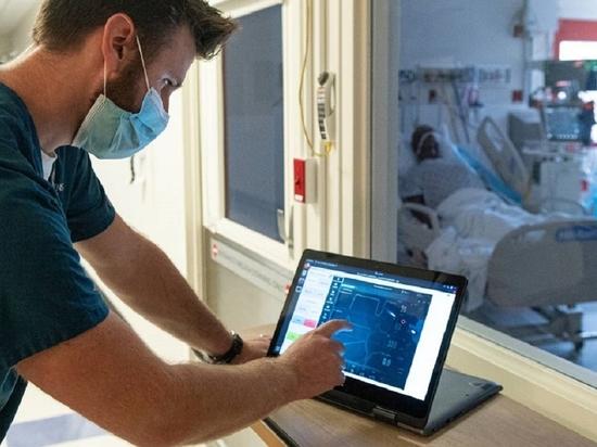 El sistema permite cambiar el porcentaje de oxígeno y el volumen suministrado por un ventilador de pantalla táctil en una habitación adyacente