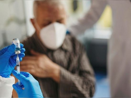 La fabricación de vacunas incluye el uso establecido de virus inactivados (o vivos atenuados), vectores virales y vacunas de subunidades.
