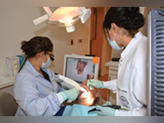 El Dr. Maha EL-Sayed usando la exploración intraoral de los TRÍOS (3Shape) para explorar un implante para el cargamento inmediato.
