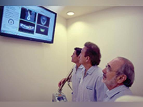 Más ojos, más ideas: DRS. Revisión de Mauricio Salama, de Henry Salama, y de David Garber un plan quirúrgico usando el software de SimPlant (materialice dental).